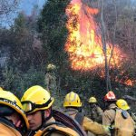 Continúan combatiendo el incendio en La Falda