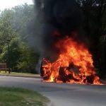 Un auto se incendió completamente en El Fantasio